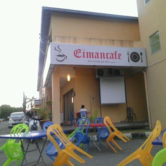 Photo taken at Eimancafe by Sharizan S. on 4/1/2012