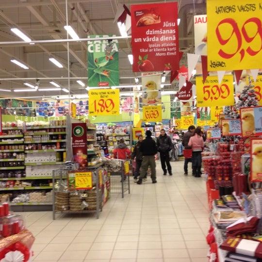 Photo taken at Rimi Hipermārkets [Ostmala] by Agnese Z. on 11/18/2011