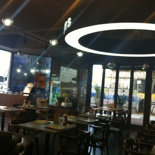 Photo taken at Starbucks by 규현 강. on 11/15/2011