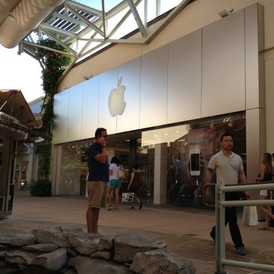 Photo taken at Apple Store, La Cantera by Julian C. on 5/28/2012