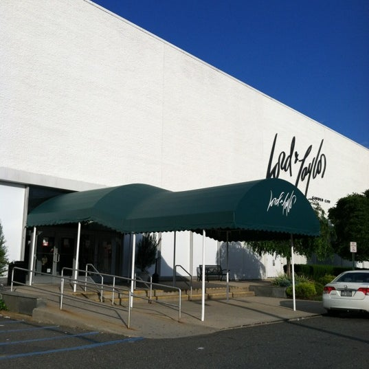 Lord Taylor Department Store In Garden City