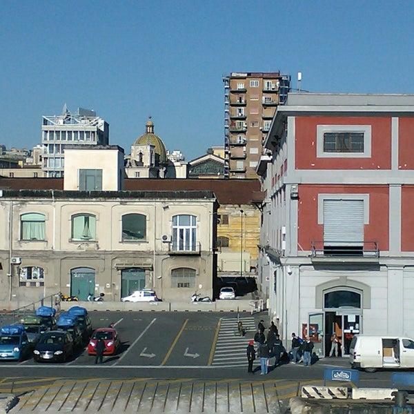 Una navetta gratuita collega Porta di Massa - attracco traghetti - a Molo Beverello, attracco mezzi veloci.