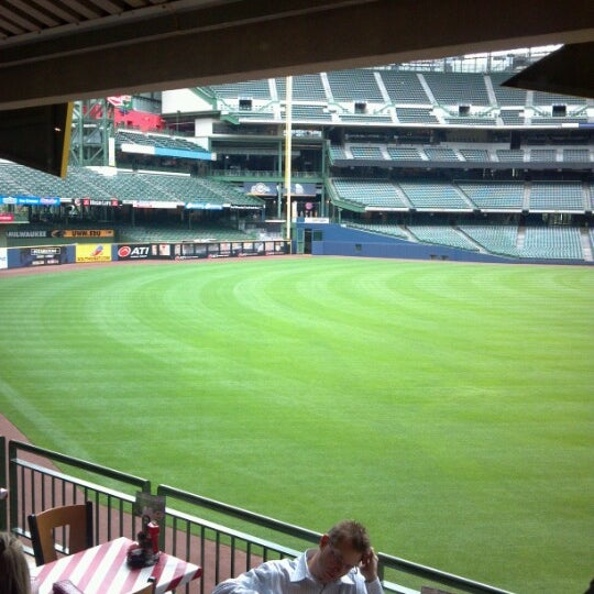 Photo taken at TGI Fridays Front Row Sports Grill by Jennifer S. on 6/29/2012