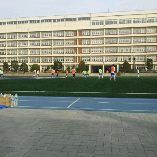 Photo taken at 현대고등학교 by Hoony C. on 4/14/2012