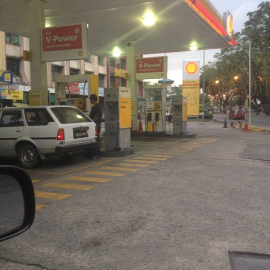 Photo taken at Shell station by Qaseh Chenta N. on 3/19/2012
