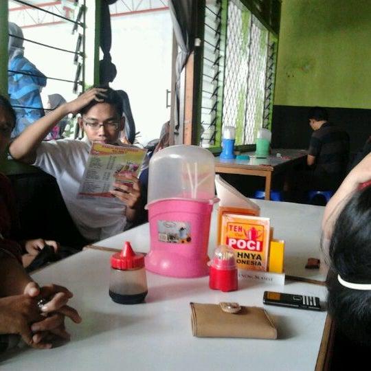 Photo taken at Warung Penyet Lesehan Mas Pur 3 by Maulana K. on 5/31/2012