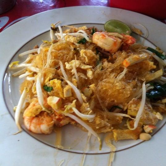 Photo taken at ผัดไทกุ้งสด @ ประชาอุทิศ24 by Vipa W. on 2/20/2012