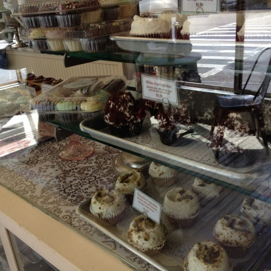 Photo taken at Magnolia Bakery by Jay Y. on 9/10/2012