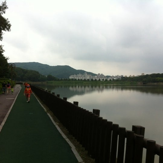 Photo taken at 율동공원 (Yuldong Park) by Hyun Hee L. on 8/18/2012