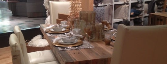 West Elm is one of Tiendas en PLAZA.