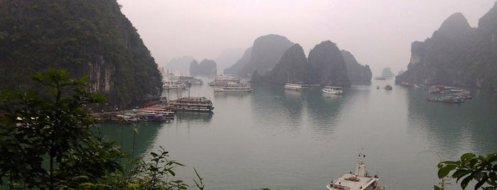 Vịnh Hạ Long (Ha Long Bay) is one of Encik's Tips.