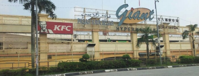Giant Hypermarket is one of Shopping Paradise.