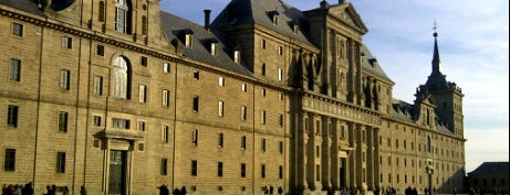 Monasterio de San Lorenzo de El Escorial is one of Conoce Madrid.