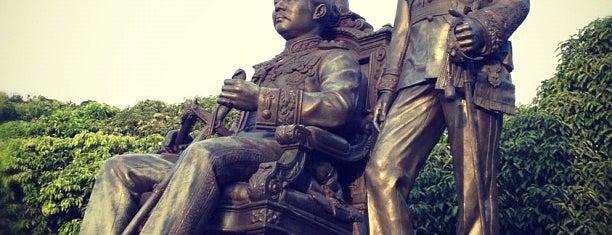 ลานพระบรมรูป 2 รัชกาล (พระบรมราชานุสาวรีย์สมเด็จพระปิยมหาราชและสมเด็จพระมหาธีรราชเจ้า) is one of Chulalongkorn University.