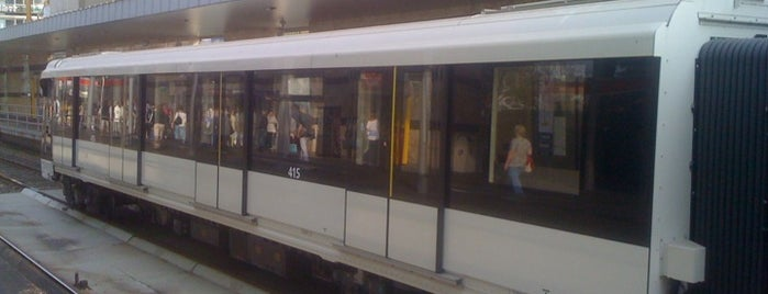 Örs vezér tere (M2) is one of Budapesti metrómegállók.