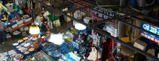 노량진수산시장 (Noryangjin Fisheries Wholesale Market) is one of Eat, Drink and be Merry.