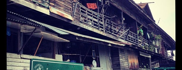 สามชุก ตลาด 100 ปี (Samchuk Market) is one of market.