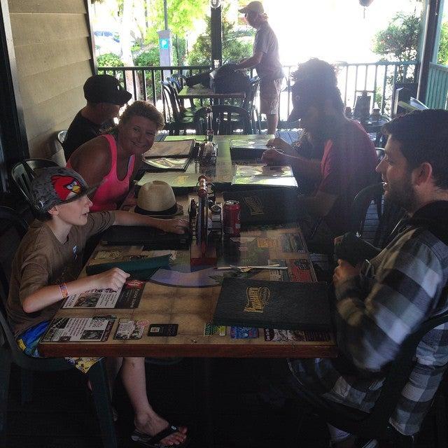 Pizzalleys LLC,italian,outdoor seating