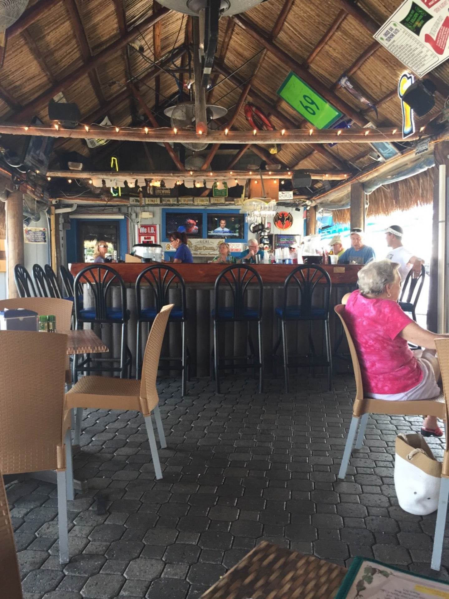 SNOOK INN MARCO ISLAND,bar,beach,boat access,burger joint,live music,outdoor seating,raw bar,salad bar,seafood,water front,zagat-rated