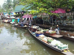 Tha Kha Floating Market (ampawa)